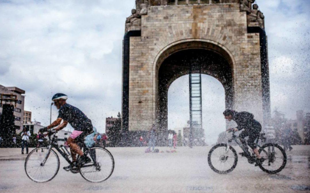 De los rayos del sol, un ciclista se puede proteger
